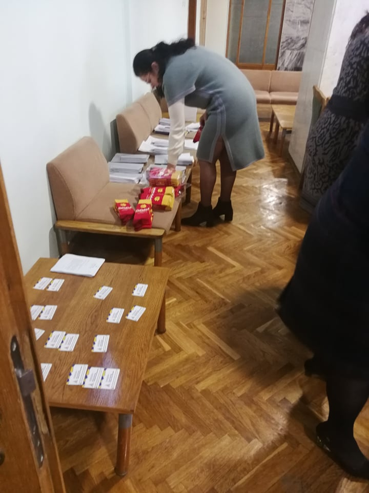 Депутатам на сесії подарували шкарпетки з логотипом міста 2