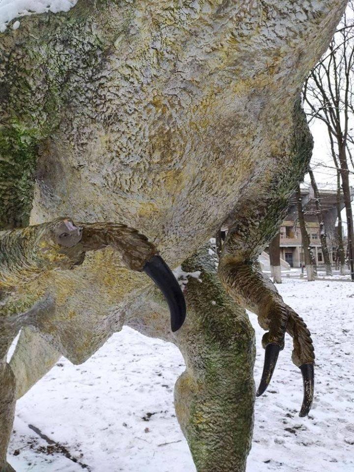 Десять п'яних військовослужбовців пошкодили динозавра у міському парку 2