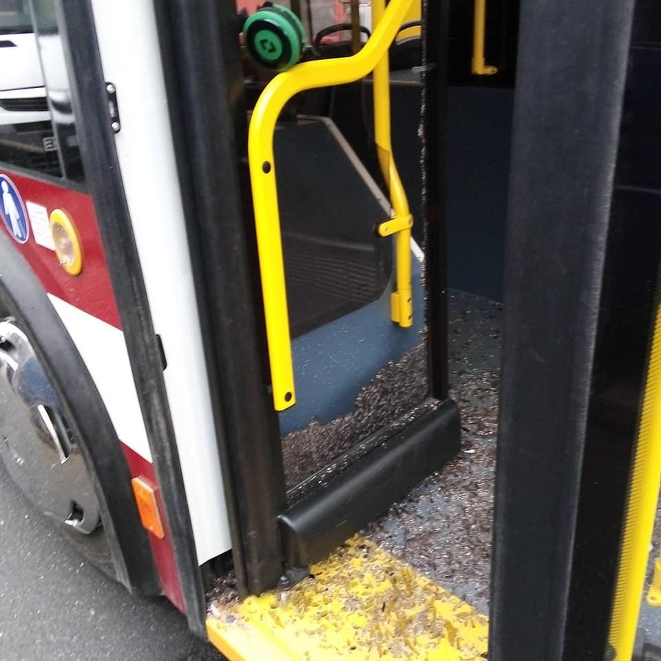 У Франківську водій мікроавтобуса розбив скло у тролейбусі. ФОТО 2