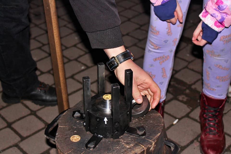 На Вічевому майдані у Франківську щодня можна накарбувати монет 4