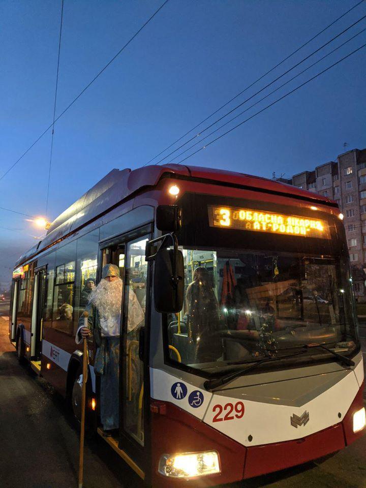 У комунальному транспорті Франківська Святий Миколай роздавав подарунки 1