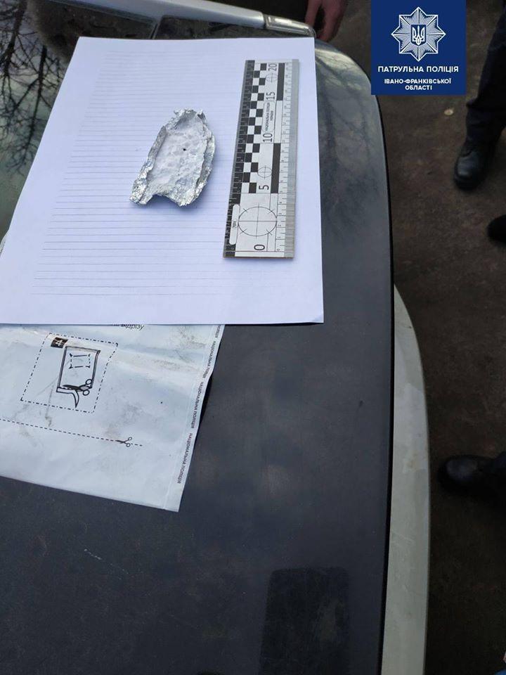 У Франківську патрульні знайшли у неповнолітнього наркотики 4