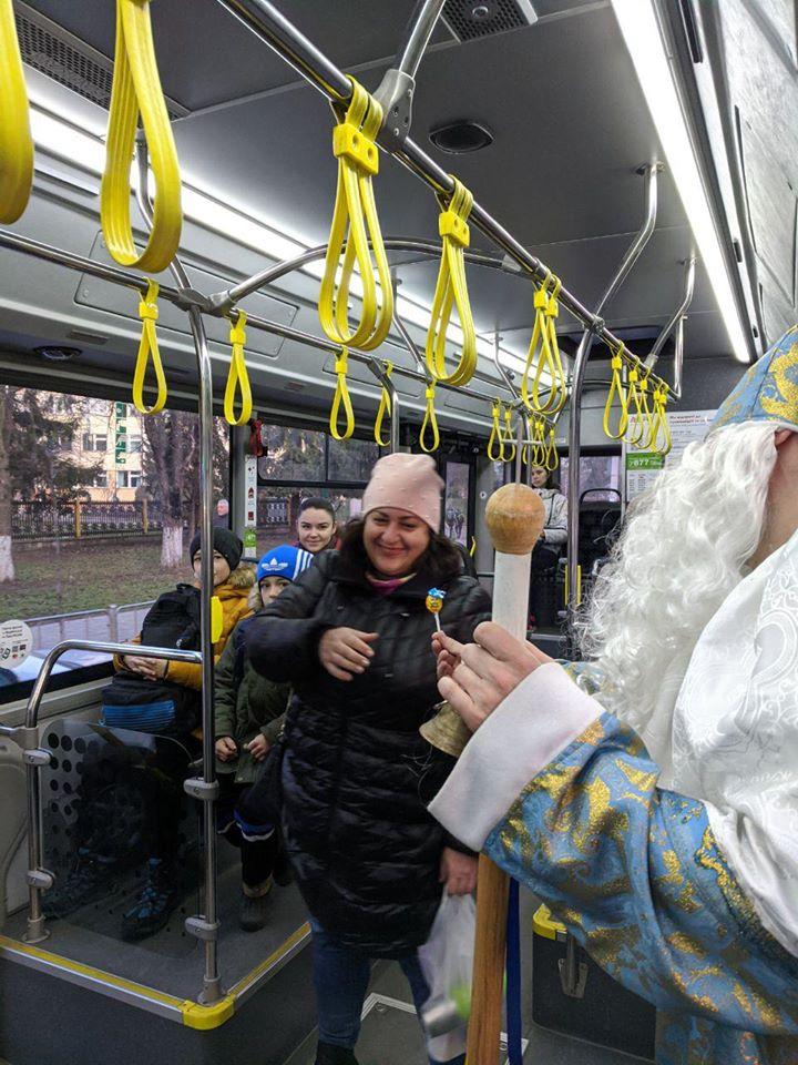 У комунальному транспорті Франківська Святий Миколай роздавав подарунки 2