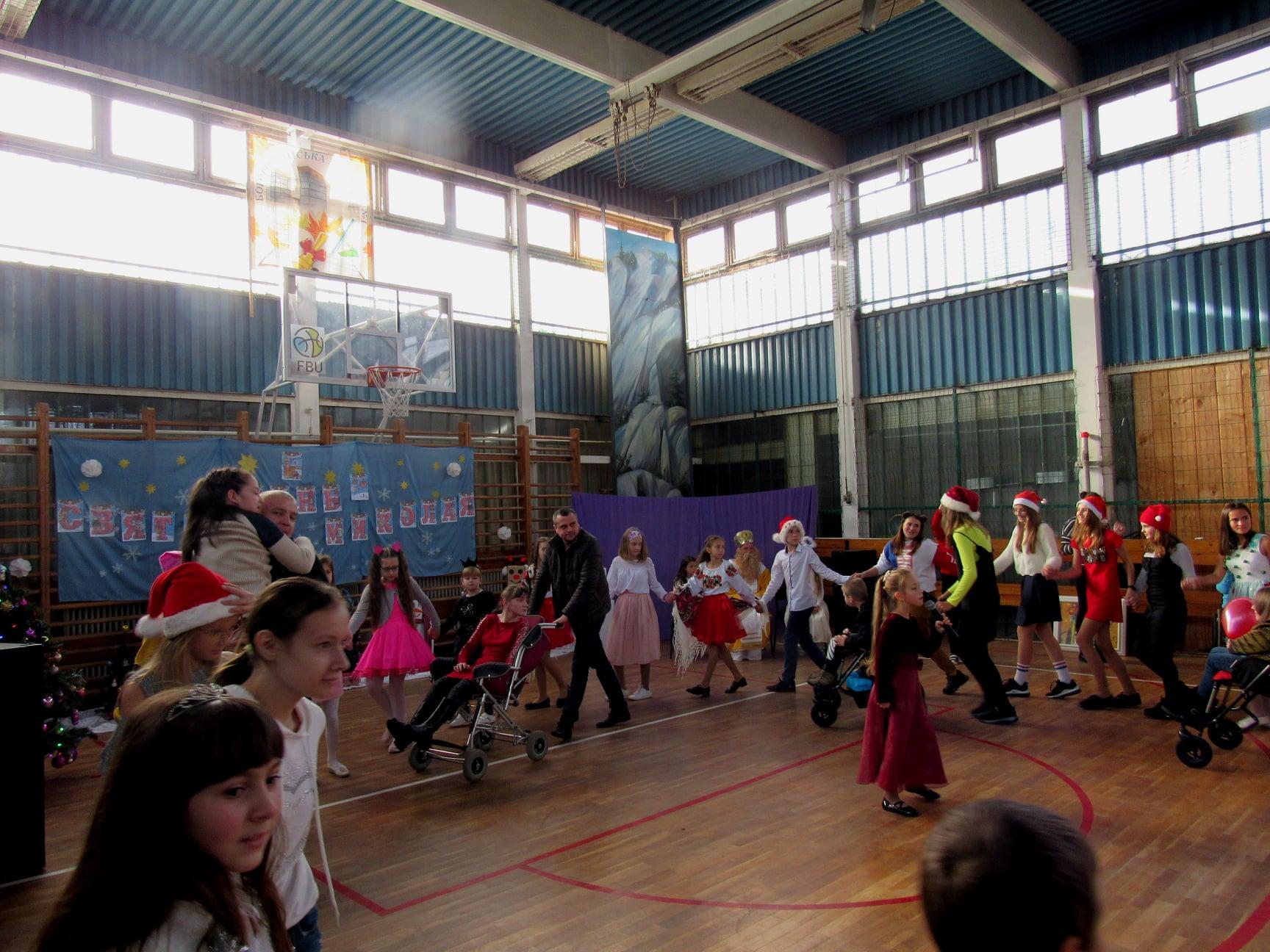 """Подарували дітям трішки дива: працівники ВО """"Карпати"""" зібрали 40 тисяч гривень на благодійність 7"""