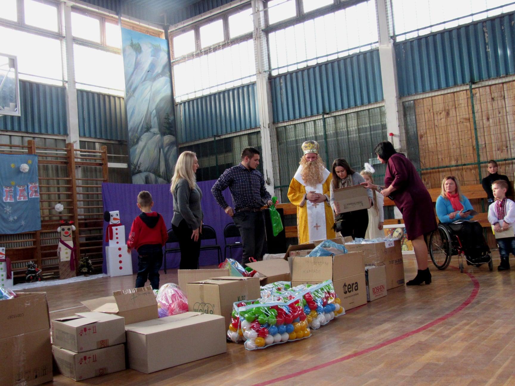 """Подарували дітям трішки дива: працівники ВО """"Карпати"""" зібрали 40 тисяч гривень на благодійність 10"""