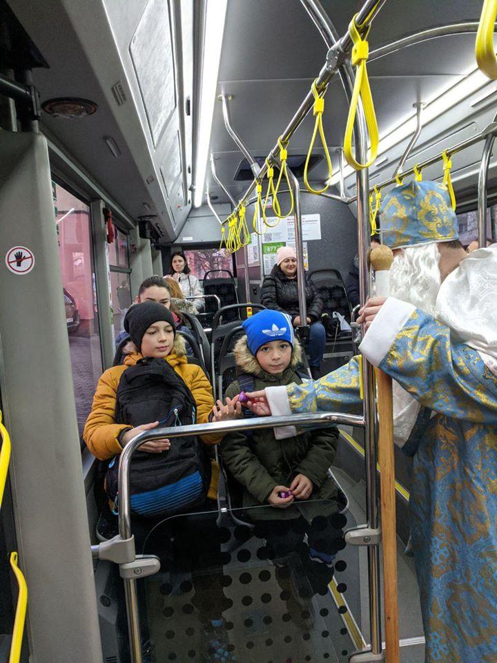 У комунальному транспорті Франківська Святий Миколай роздавав подарунки 4