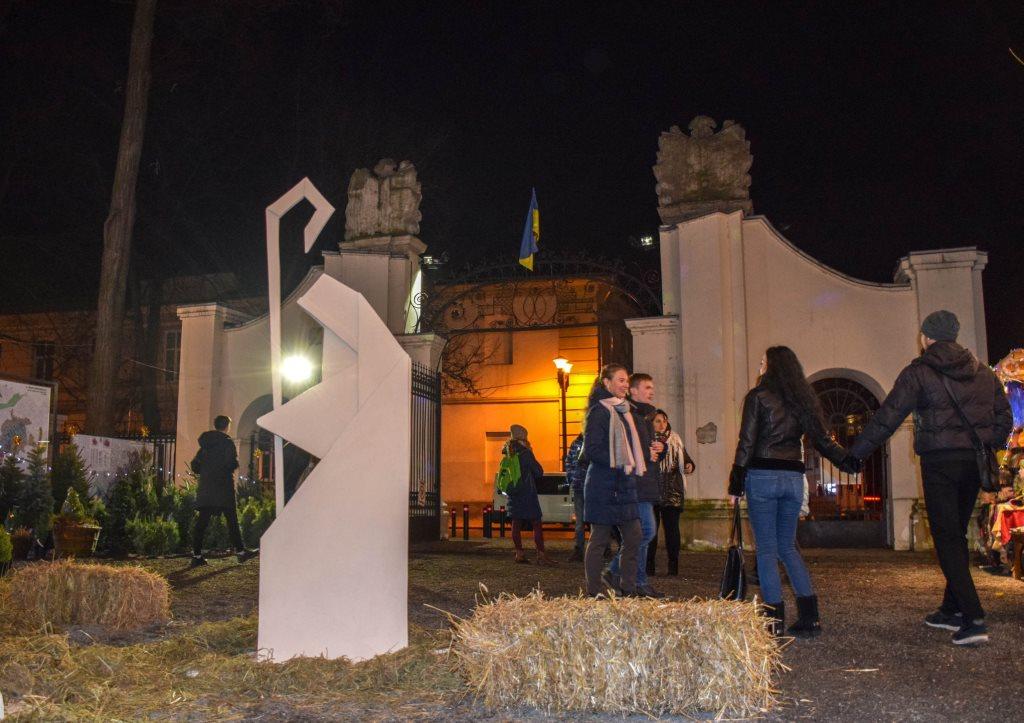 У Палаці Потоцьких відкрили різдвяну шопку-орігамі 12