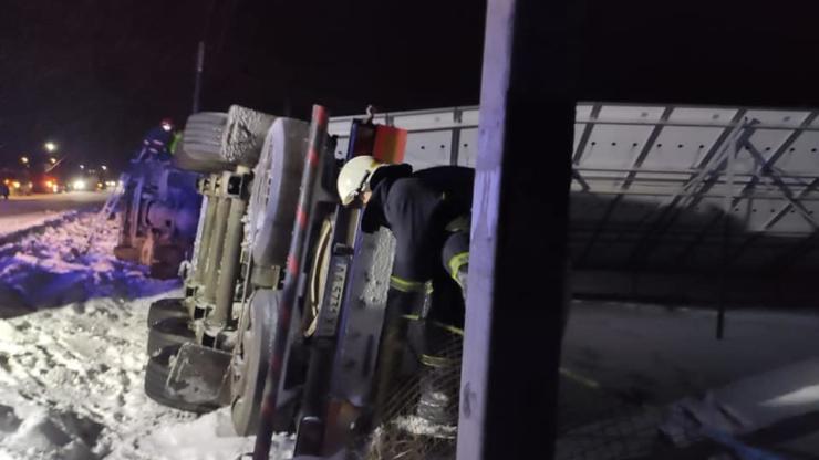 На Прикарпатті на трасі Н-09 перекинулася вантажівка з цистерною для газу 4