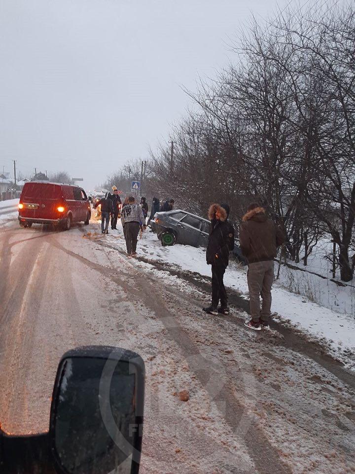 На Франківщині через ожеледу кілька автомобілів злетіли з дороги 2