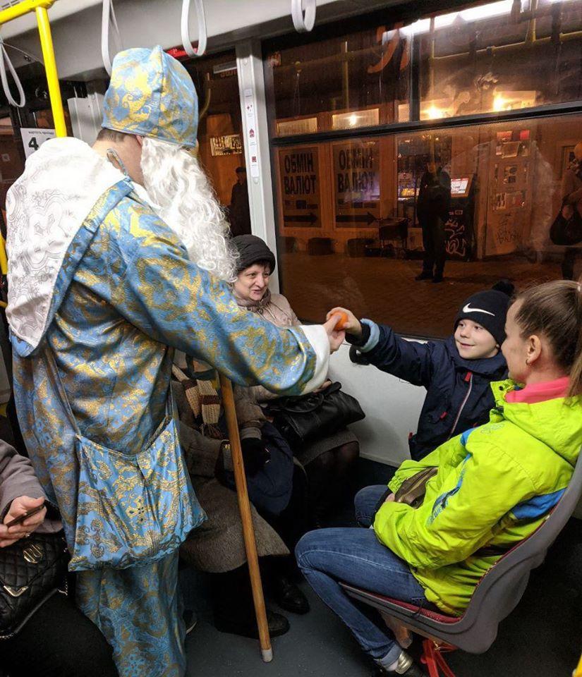 У комунальному транспорті Франківська Святий Миколай роздавав подарунки 5