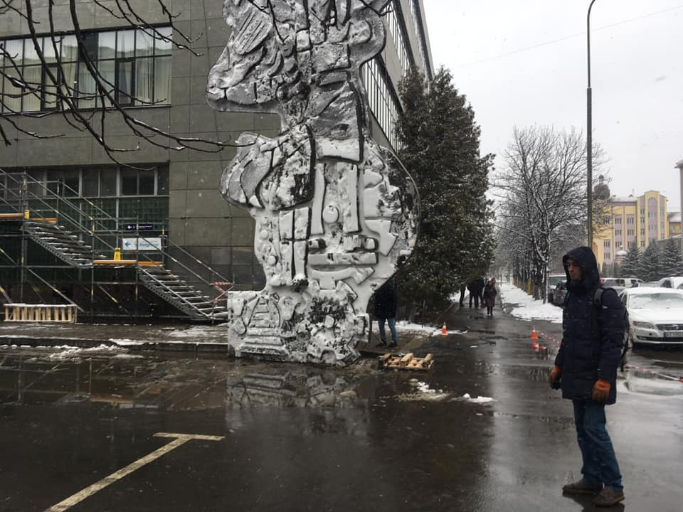 На фасад Промприладу повернули  відремонтований барельєф 6