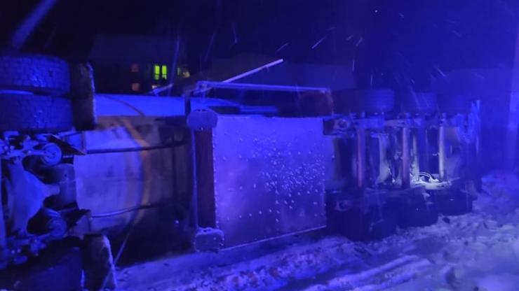 На Прикарпатті на трасі Н-09 перекинулася вантажівка з цистерною для газу 2