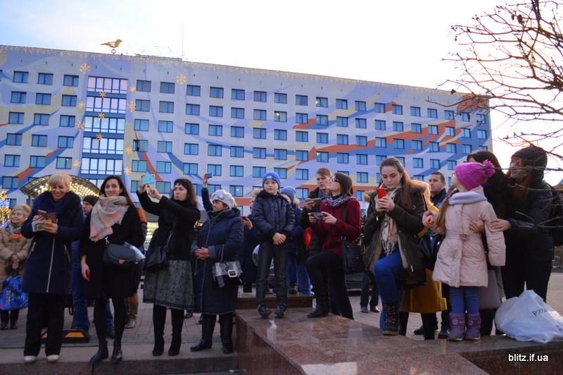 Встановили рекорд: у Франківську понад 2000 школярів разом засвітили ліхтарики 2