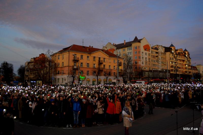Встановили рекорд: у Франківську понад 2000 школярів разом засвітили ліхтарики 4