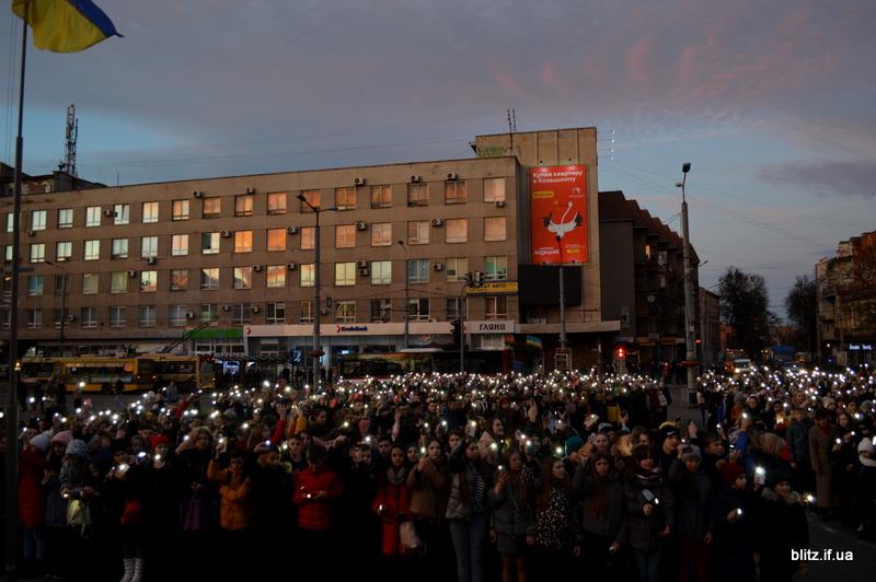 Встановили рекорд: у Франківську понад 2000 школярів разом засвітили ліхтарики 6