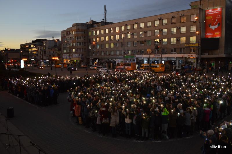 Встановили рекорд: у Франківську понад 2000 школярів разом засвітили ліхтарики 12