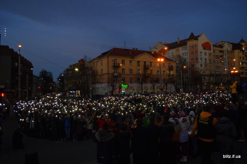 Встановили рекорд: у Франківську понад 2000 школярів разом засвітили ліхтарики 14