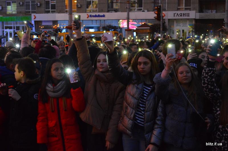 Встановили рекорд: у Франківську понад 2000 школярів разом засвітили ліхтарики 16