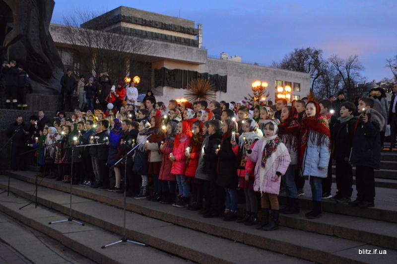 Встановили рекорд: у Франківську понад 2000 школярів разом засвітили ліхтарики 18