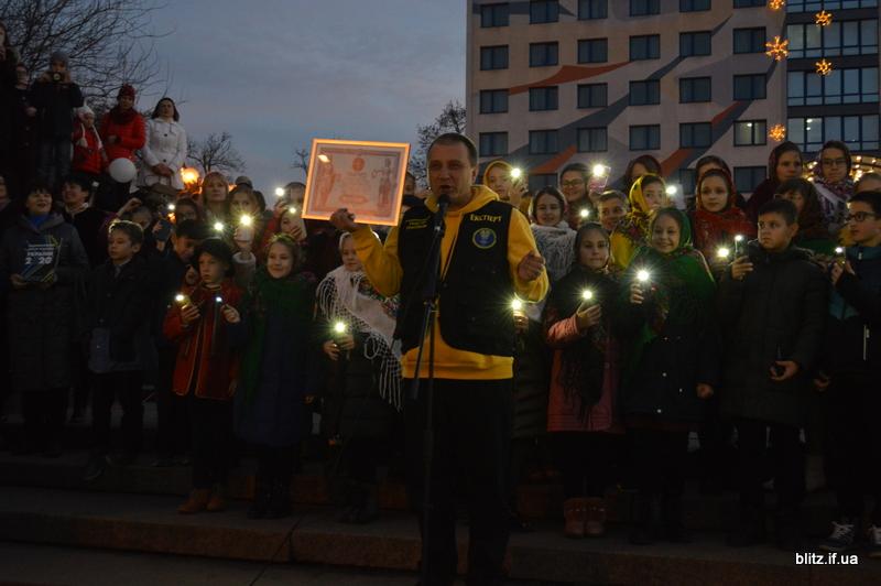 Встановили рекорд: у Франківську понад 2000 школярів разом засвітили ліхтарики 20