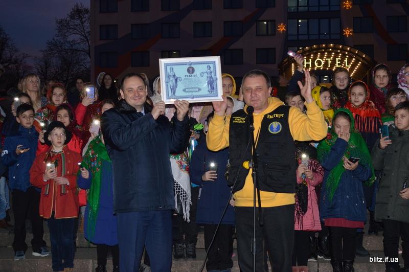 Встановили рекорд: у Франківську понад 2000 школярів разом засвітили ліхтарики 22