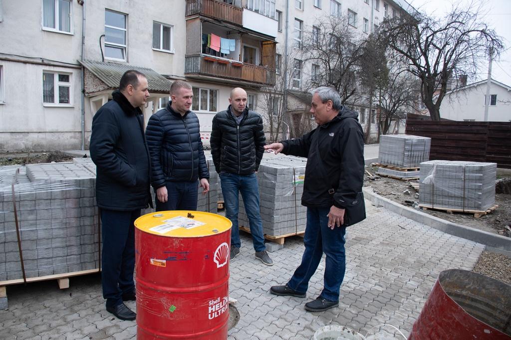 У Франківську завершують благоустрій двору, який не ремонтували 40 років 2