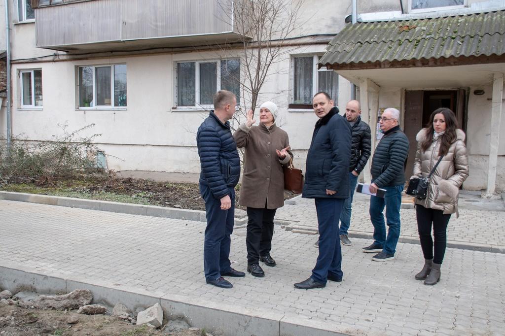 У Франківську завершують благоустрій двору, який не ремонтували 40 років 3