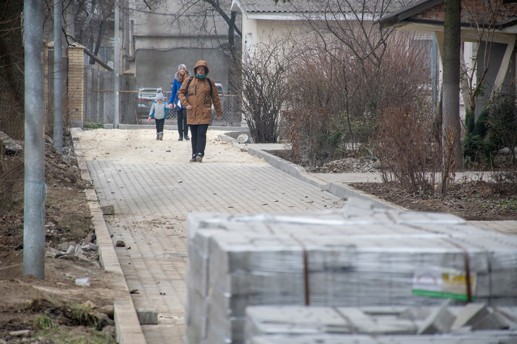 У Франківську завершують благоустрій двору, який не ремонтували 40 років 8
