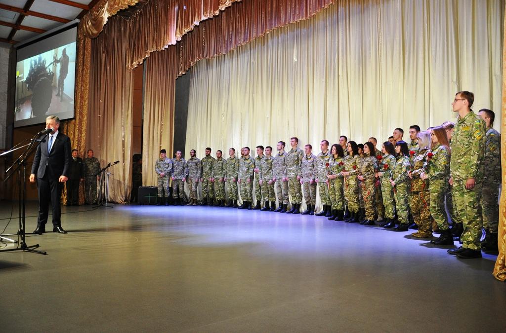 У Франківську випускникам кафедри військової підготовки Прикарпатського університету вручили погони 6