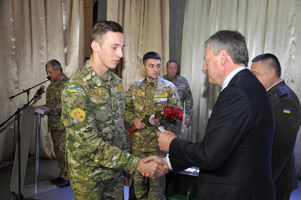 У Франківську випускникам кафедри військової підготовки Прикарпатського університету вручили погони 8