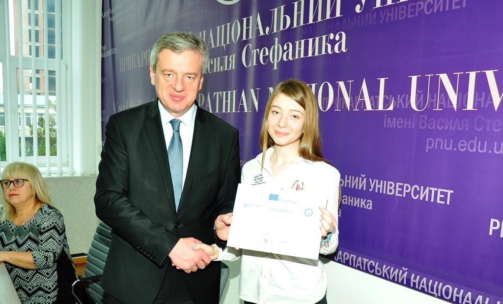 Студентка Прикарпатського університету отримала стипендію 1000 доларів США 4