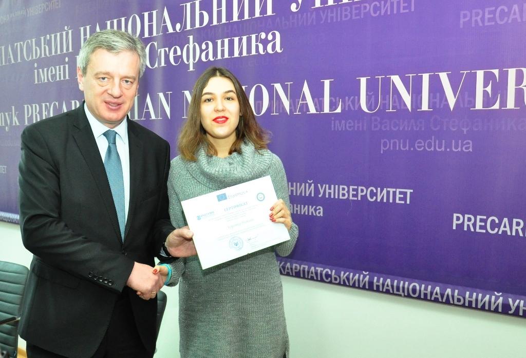 Студентка Прикарпатського університету отримала стипендію 1000 доларів США 6
