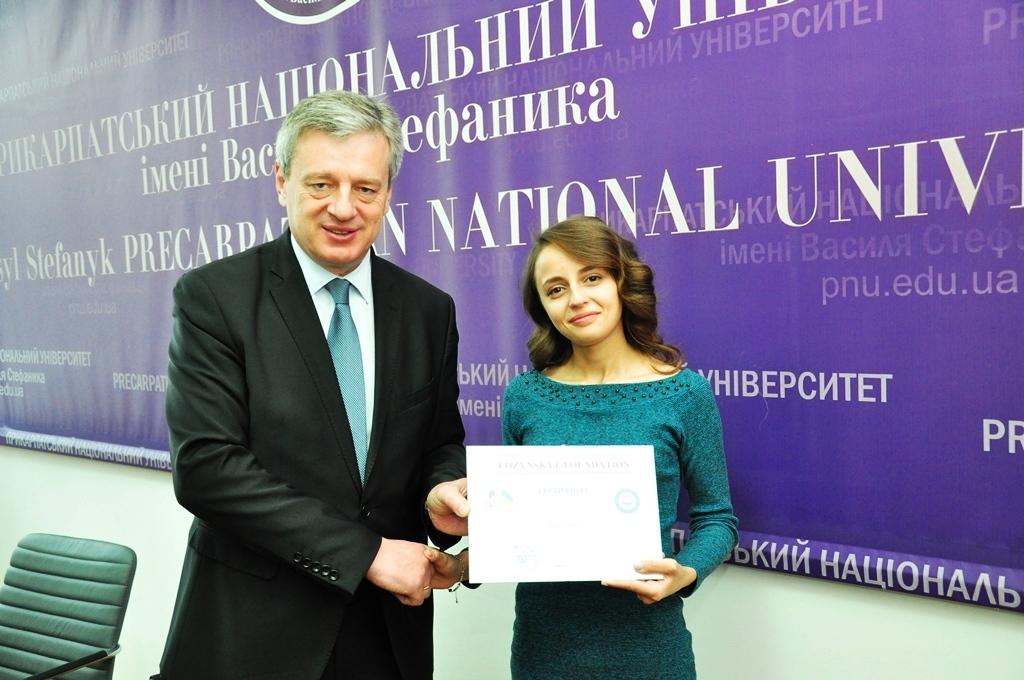 Студентка Прикарпатського університету отримала стипендію 1000 доларів США 2