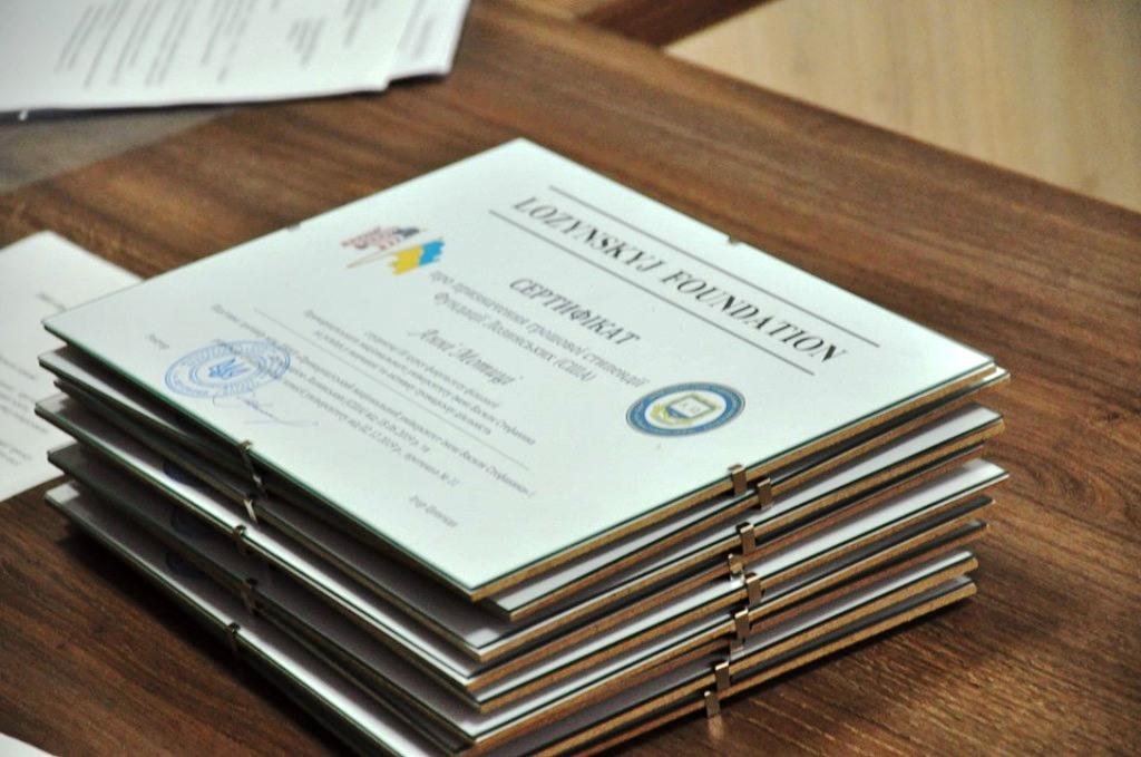 10 студентів Прикарпатського університету отримали стипендії по 500 доларів 2
