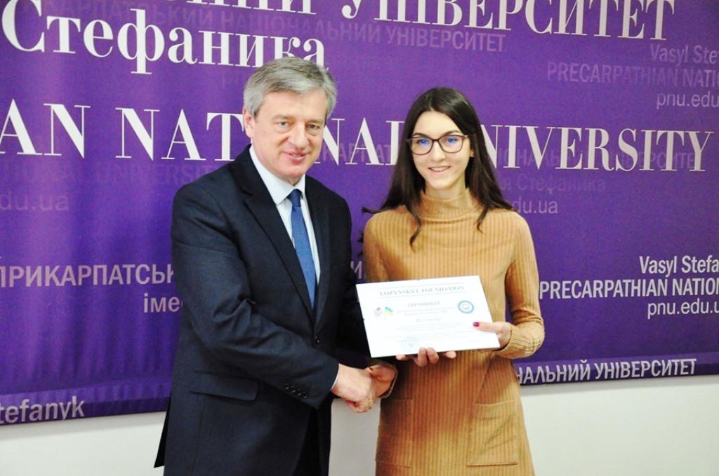 10 студентів Прикарпатського університету отримали стипендії по 500 доларів 8