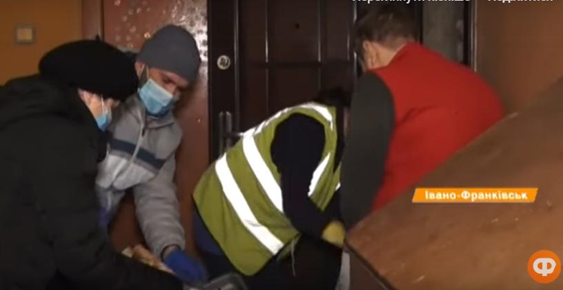Хлам, таргани і грибок: у Франківську божевільні жінки діймають сусідів 6