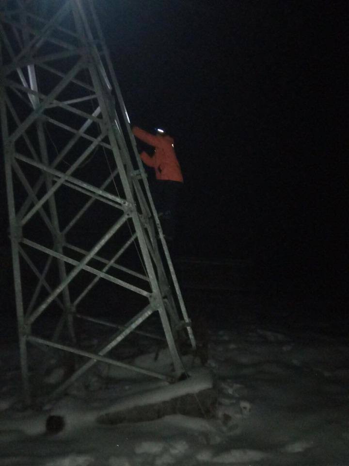 На курорті в Карпатах врятували 32 лижників з дітьми: застрягли на зламаному підйомнику 4