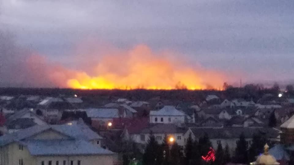У Франківську масштабна пожежа - горять поля 4
