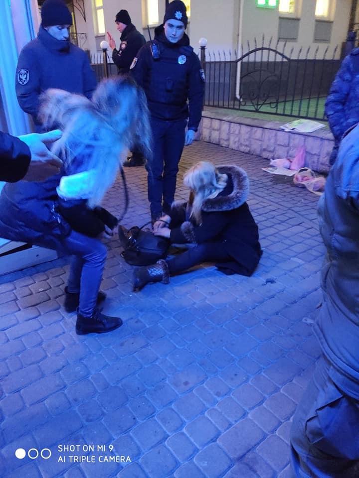 Поблизу вокзалу поліція забрала дитину у дуже п'яних жінок 2