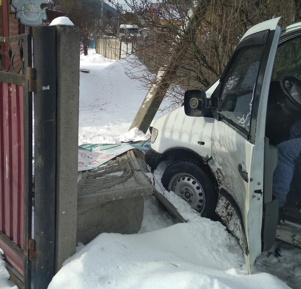 ДТП у Татарові: розбито дві машини та паркан 2