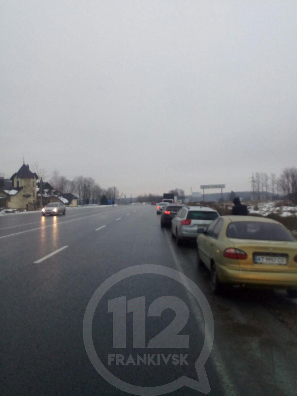 Через ожеледицю на трасах Прикарпаття зупинились сотні машин – поліція радить утриматись від поїздок 4