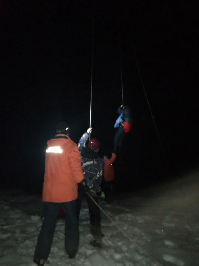 На курорті в Карпатах врятували 32 лижників з дітьми: застрягли на зламаному підйомнику 2