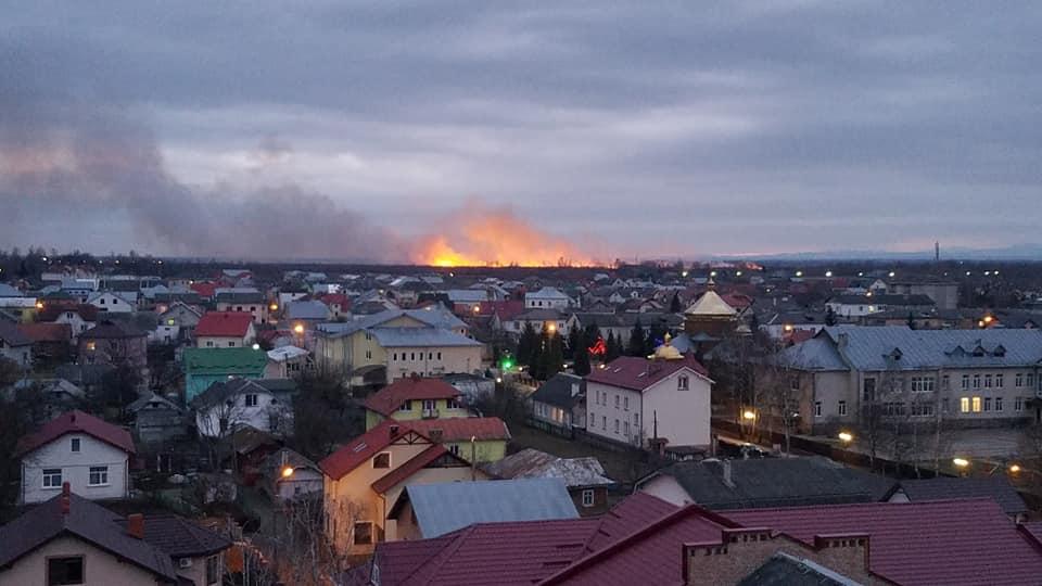 У Франківську масштабна пожежа - горять поля 2