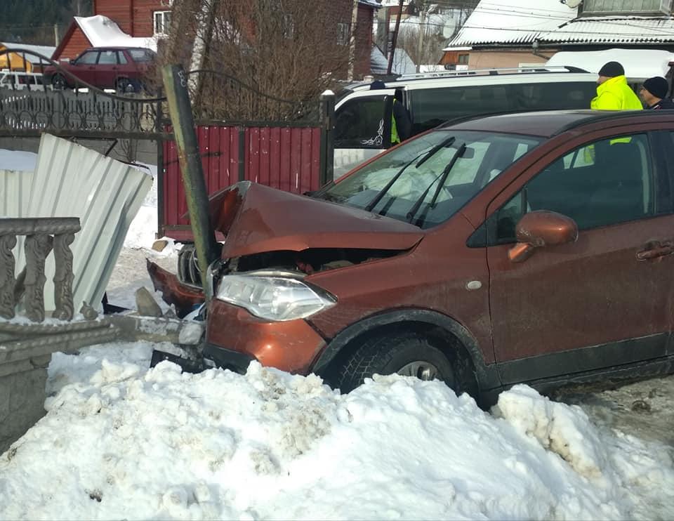 ДТП у Татарові: розбито дві машини та паркан 4
