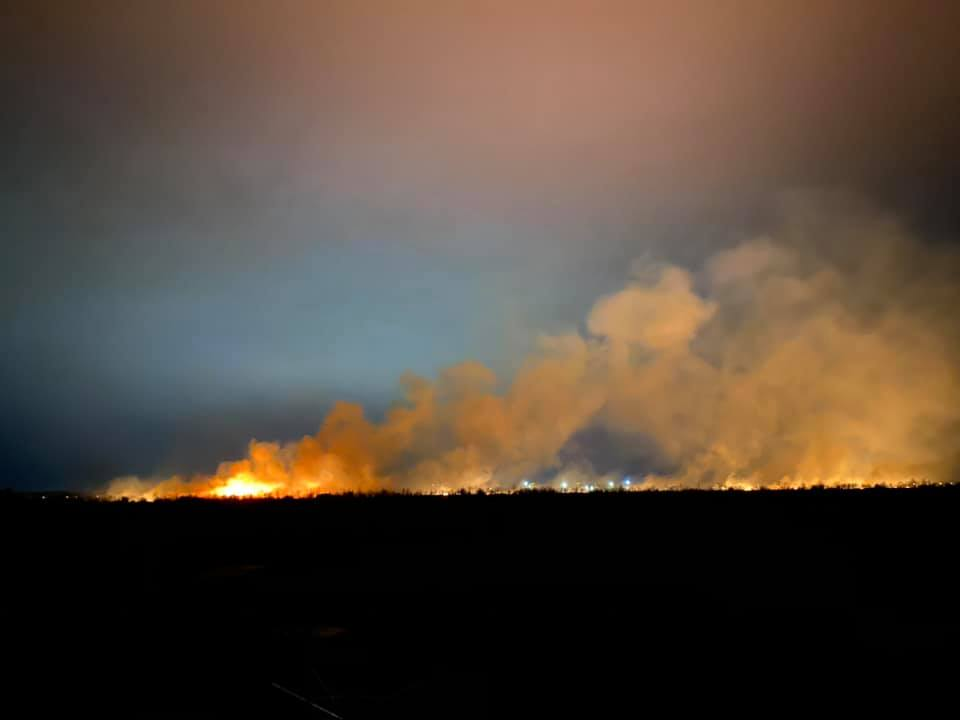 У Франківську масштабна пожежа - горять поля 12