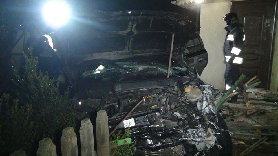 """У Драгомирчанах """"Opel"""" влетів у будинок і перекинувся 4"""