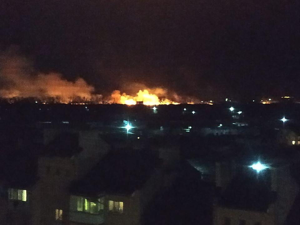 У Франківську масштабна пожежа - горять поля 6