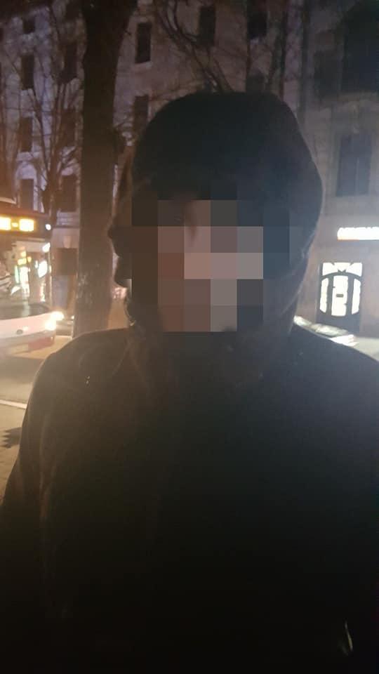 У Франківську на зупинці у жінки вкрали телефон – злочинця затримав муніципальний інспектор 4