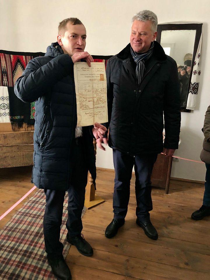 Роман Ткач передав у музей оригінальний документ з підписом отця Андрія Бандери 2