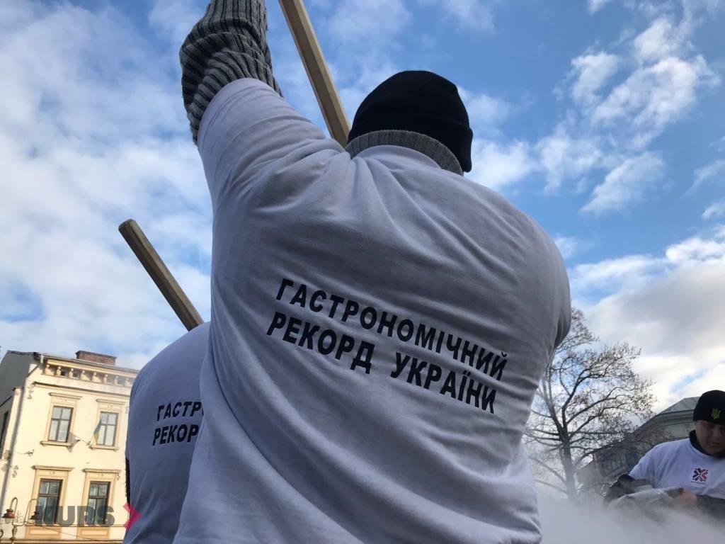 В центрі Франківська готують рекордний банош 6
